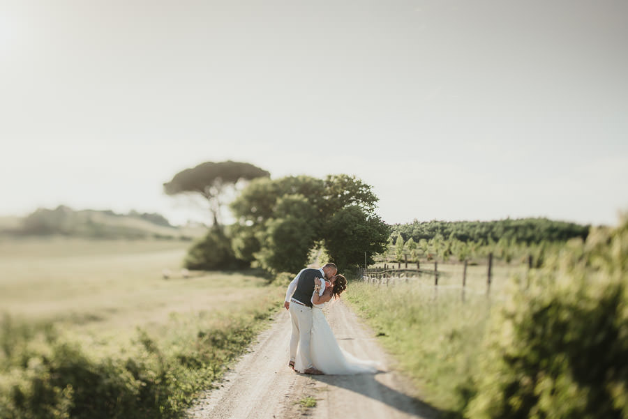 TUSCAN COUNTRY CHIC WEDDING PHOTOGRAPHY | Outdoor open field ceremony