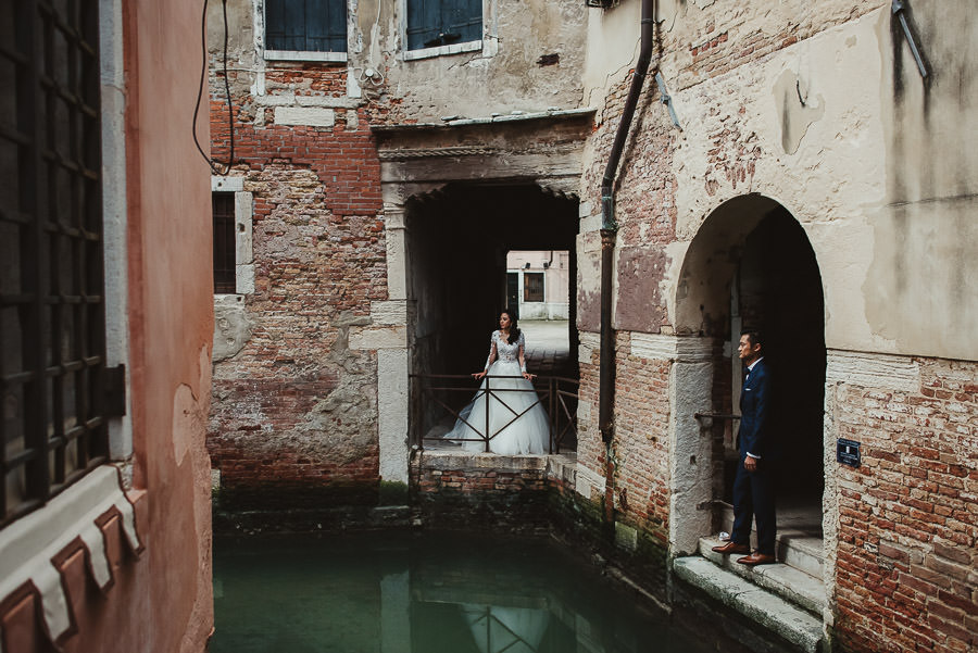 venice wedding photographer / bridal couple looking each other
