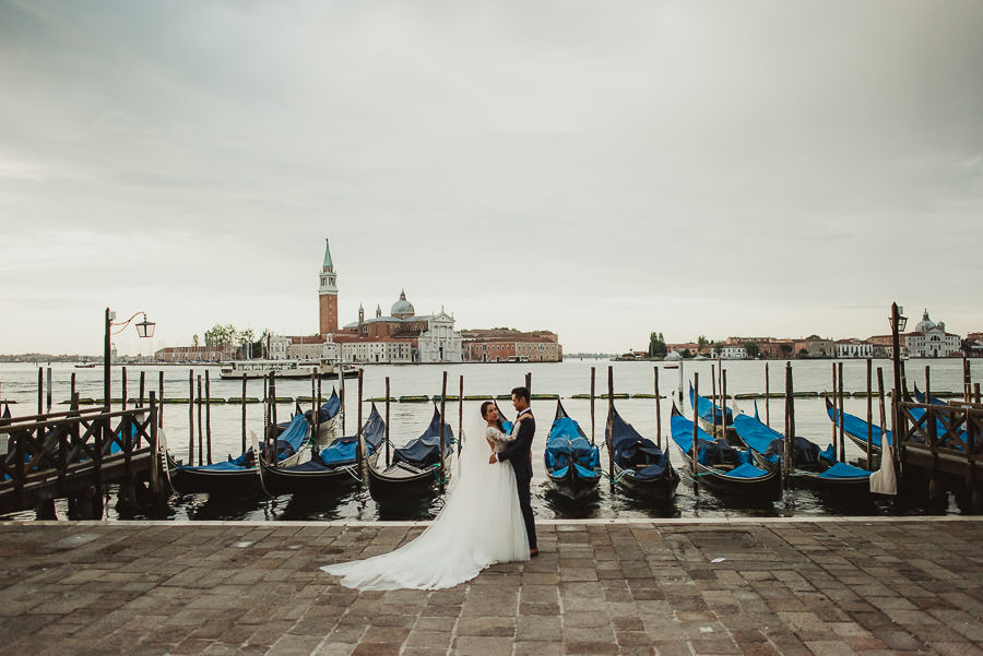 venice wedding photographer / bride + groom portrait with gondolas