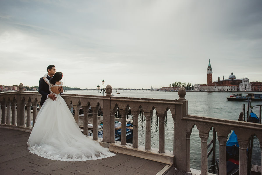 venice wedding photographer / sunrise pre wedding / bridal couple looking landscape