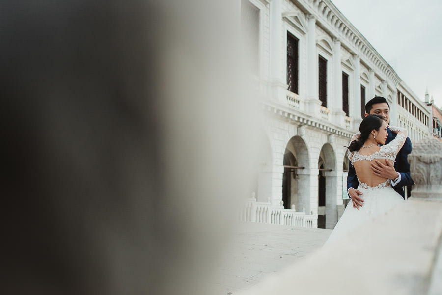 venice wedding photographer / sunrise pre wedding / bridal couple intimate portrait