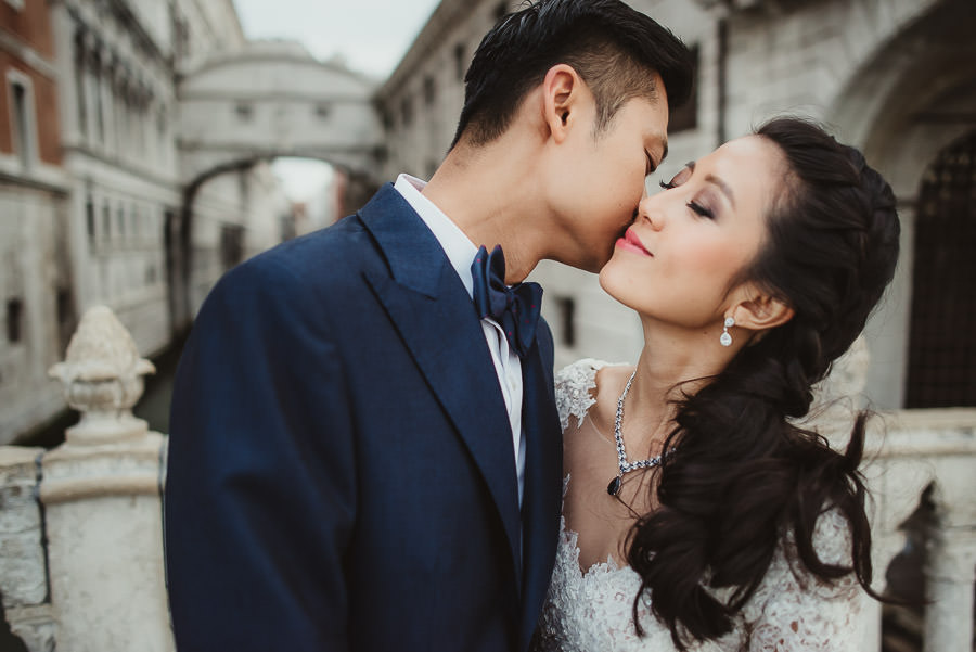 venice wedding photographer / sunrise pre wedding / bride intimate portrait at Ponte dei Sospiri