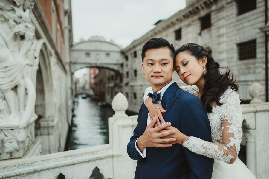 venice wedding photographer / sunrise pre wedding / bride hugs groom