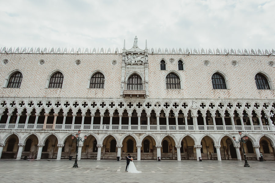 venice wedding photographer / sunrise pre wedding / intimate bride groom epic portrait in Venice