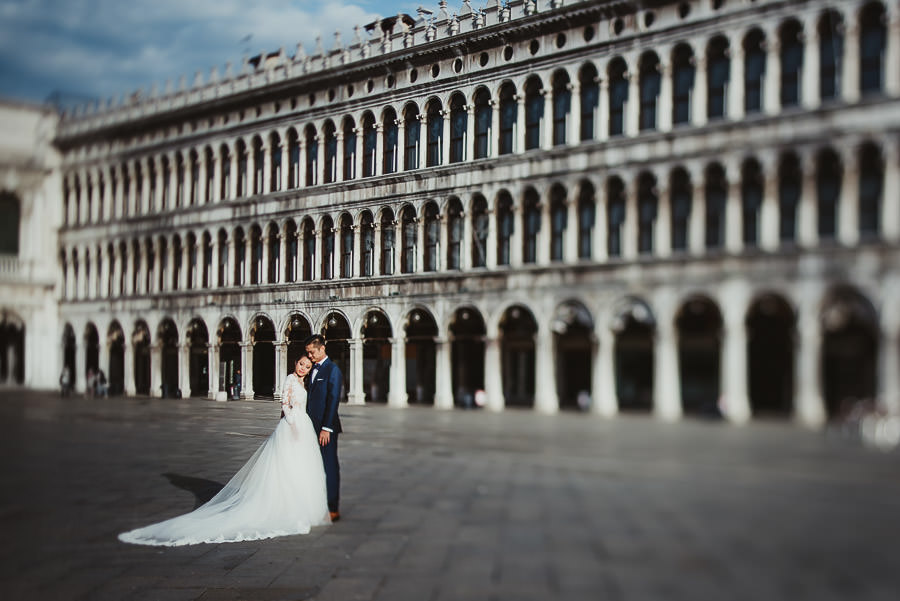venice wedding photographer / sunrise pre wedding / bride + Groom in Piazza san Marco