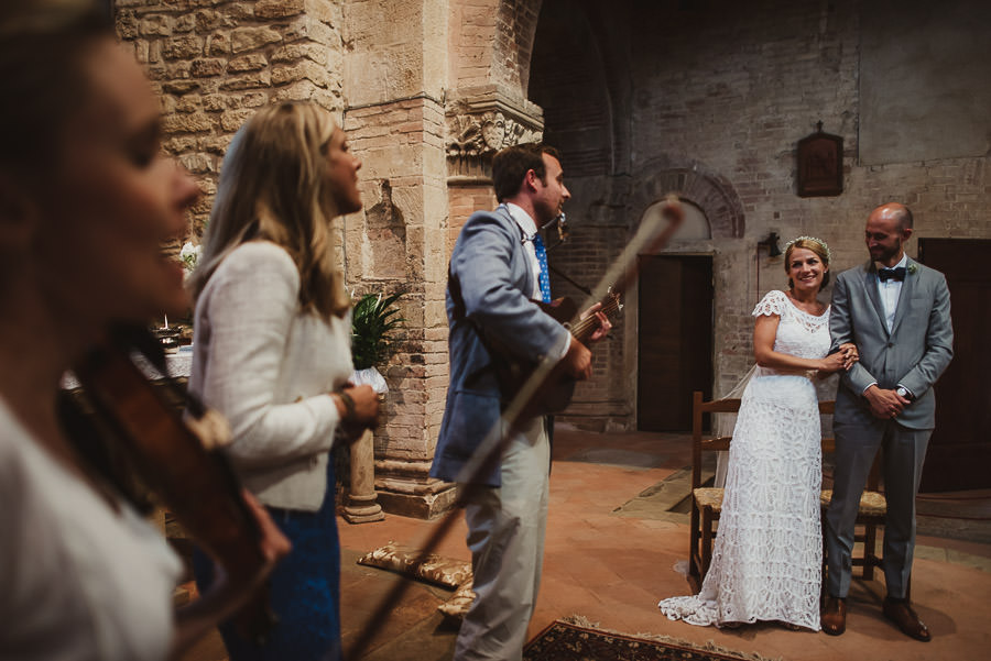 relaxed countryside wedding tuscany one lens photography 1072