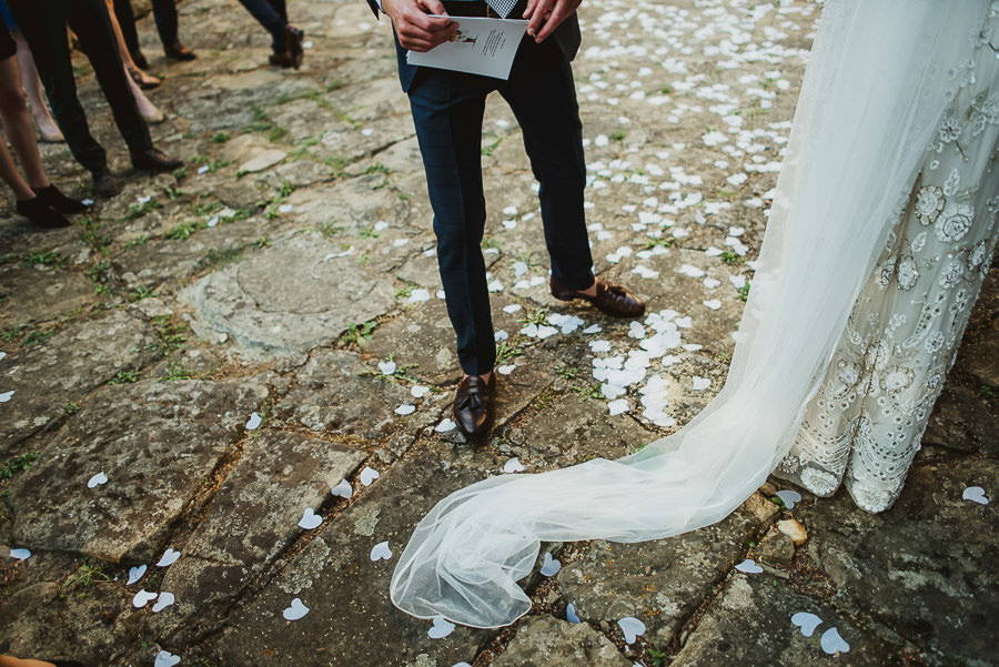 get married in Italy confetti throwing