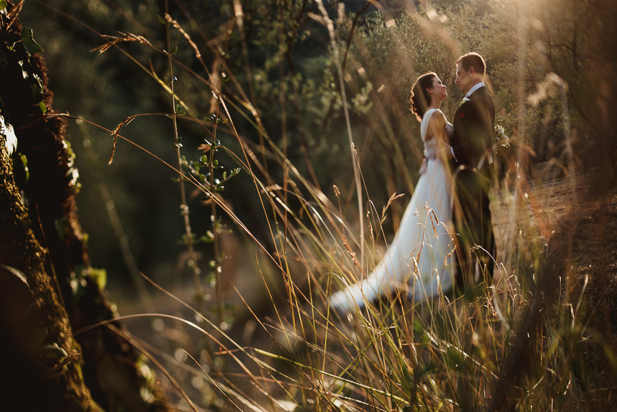 tuscany intimate wedding bride groom modern relaxed portrait