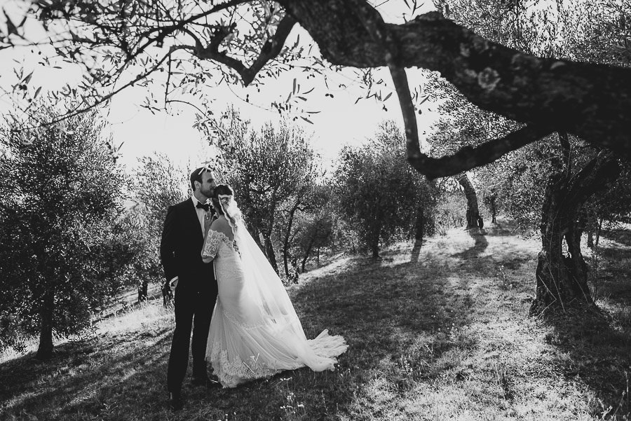 get married in Cortona Villa bride groom outdoor portrait intima