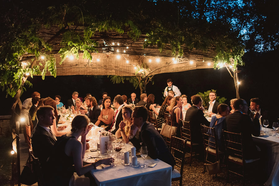 get married in Italy enjoying typical tuscan food on dinner