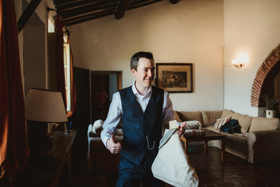 Borgo Sotmennano Wedding Photographer groom groomsmen getting re