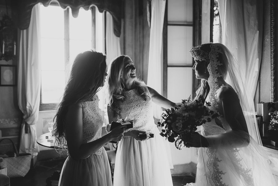 Borgo Sotmennano Wedding Photographer bride with bridesmaids