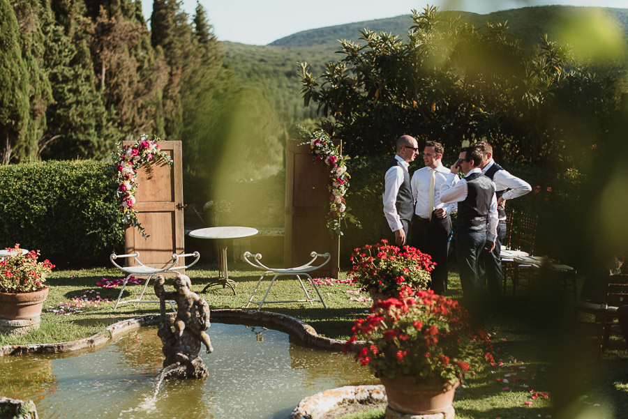 Borgo Sotmennano Wedding Photographer creative ceremony setup de