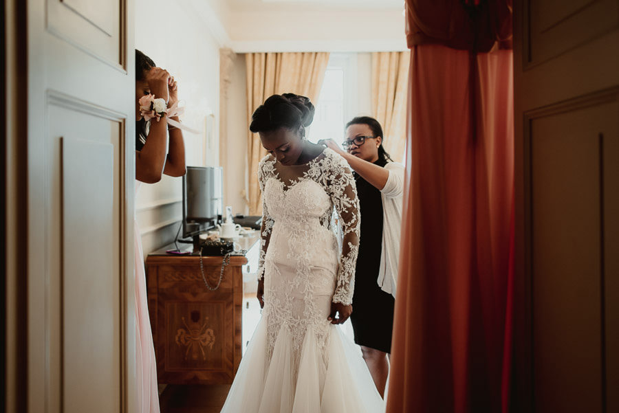 Sirmione Wedding photographer bride getting ready bridal party