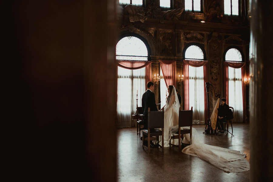 034 winter wedding in venice photography palazzo zenobio mirror hall ceremony