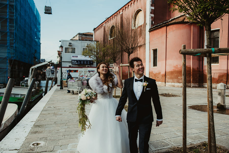 061 winter wedding in venice photography bride groom walking