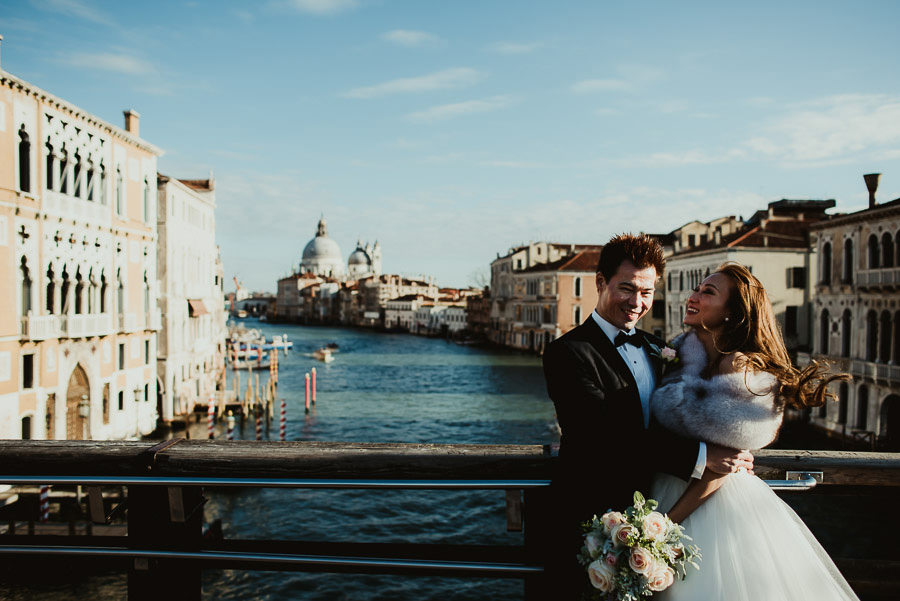 070 winter wedding in venice photography bride groom sospiri bridge