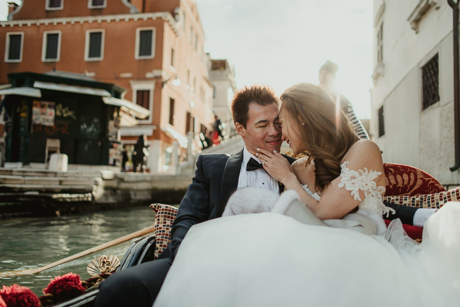 075 winter wedding in venice photography bride groom gondola