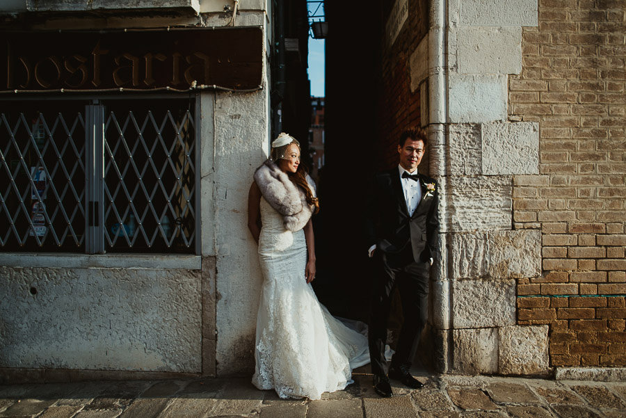 081 winter wedding in venice photography bride groom creative portrait
