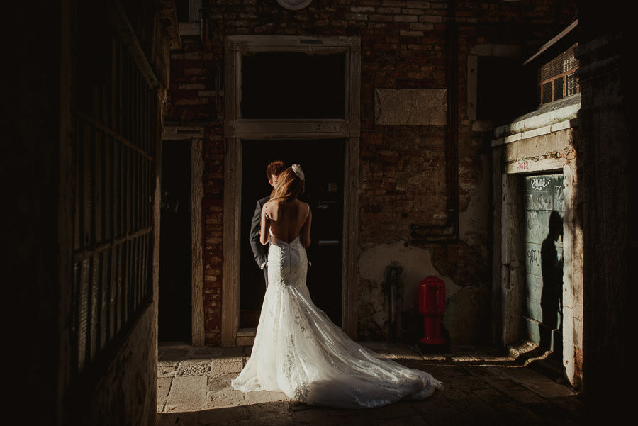085 winter elopement in venice photography bride groom intimate portrait veince light