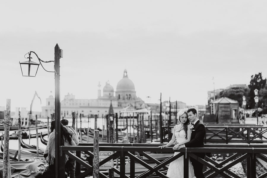 097 winter elopement in venice photography bride groom black white portrait light