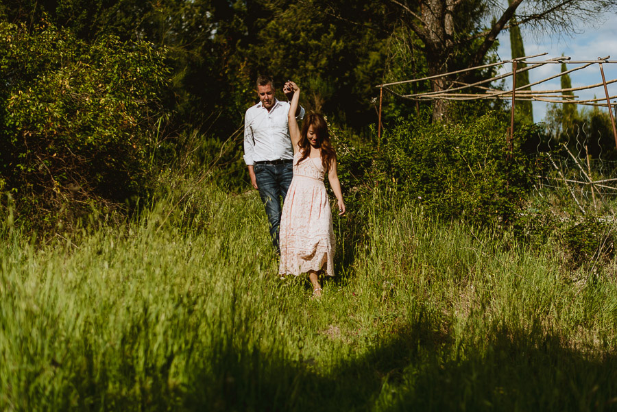 Couple lifestyle portrait photography florence tuscany cuntrysid