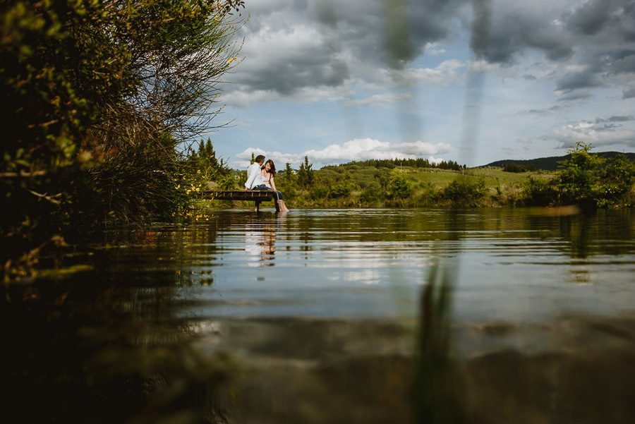 Couple romantic portrait photography florence tuscany lake intim