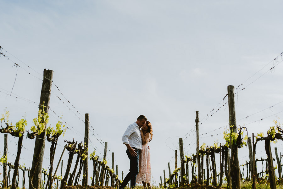 Couple modern portrait photography florence tuscan vineyard