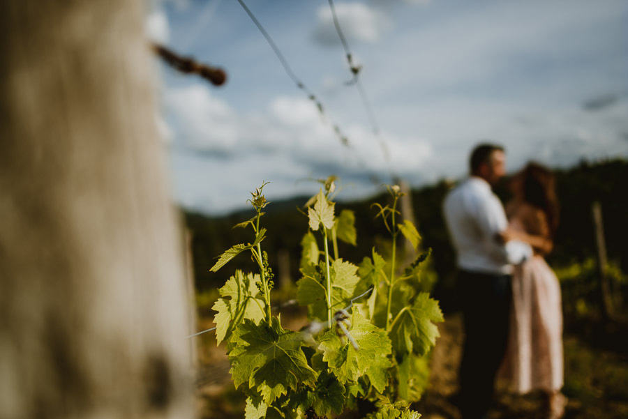 Couple romantic portrait photography florence tuscan vineyard