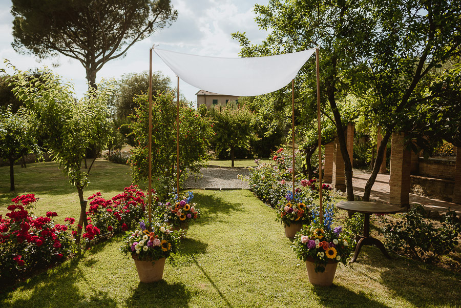intimate wedding in Tuscan Villa relaxed wedding guests