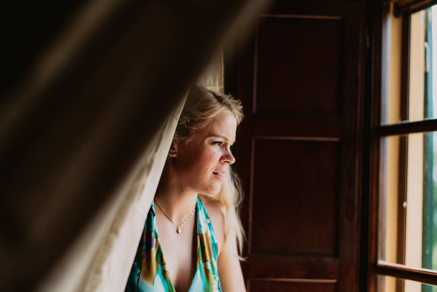 relaxed funny wedding private villa photohraphy bride getting re