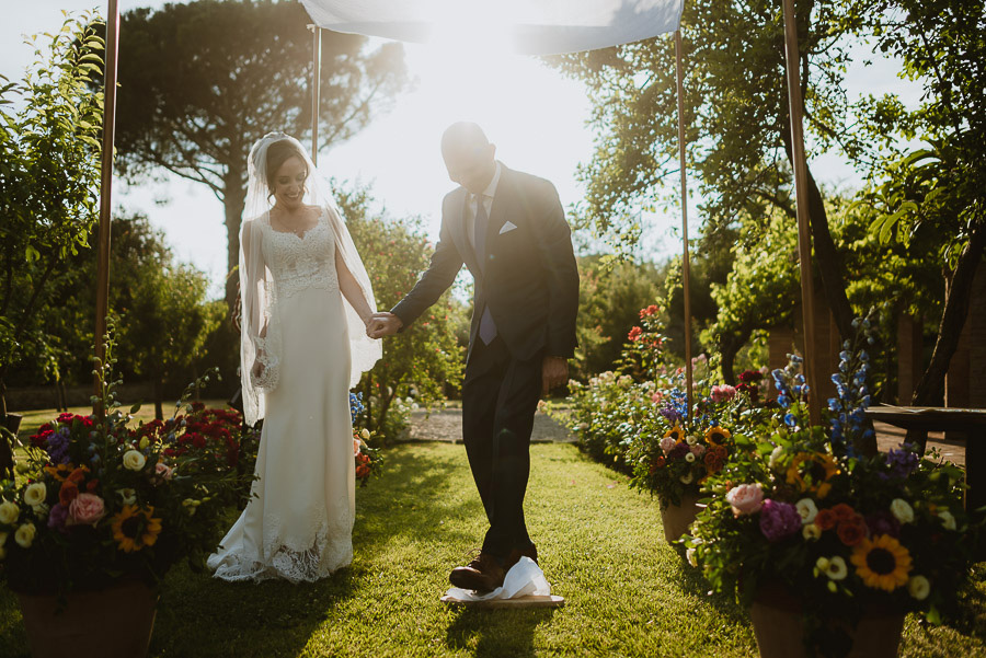 relaxed wedding in Tuscan Villa outdoor symbolic ceremony