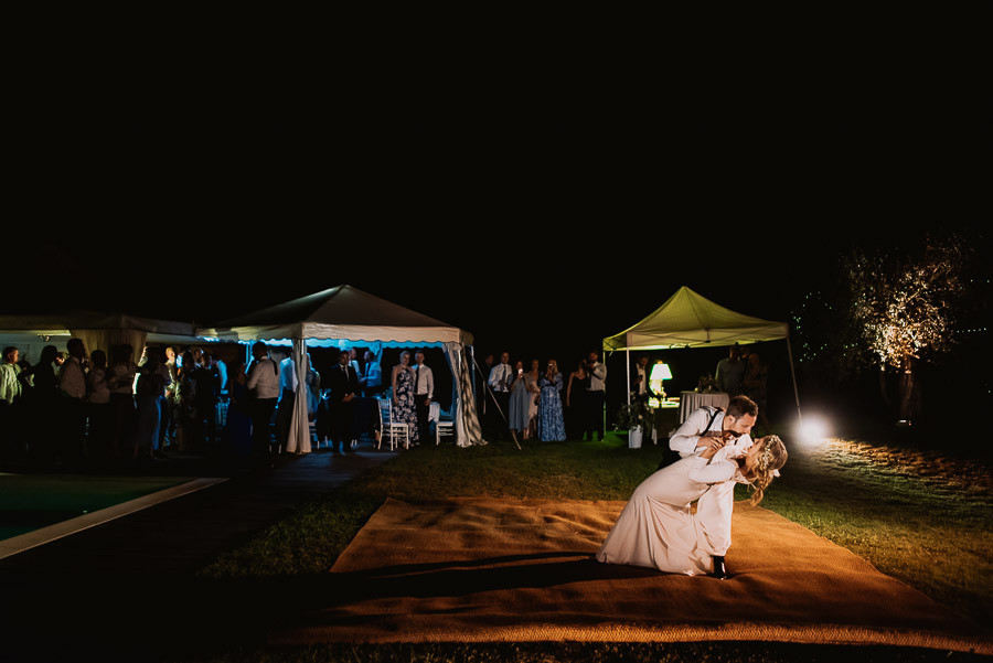 relaxed funny wedding private villa photohraphy firs dance under
