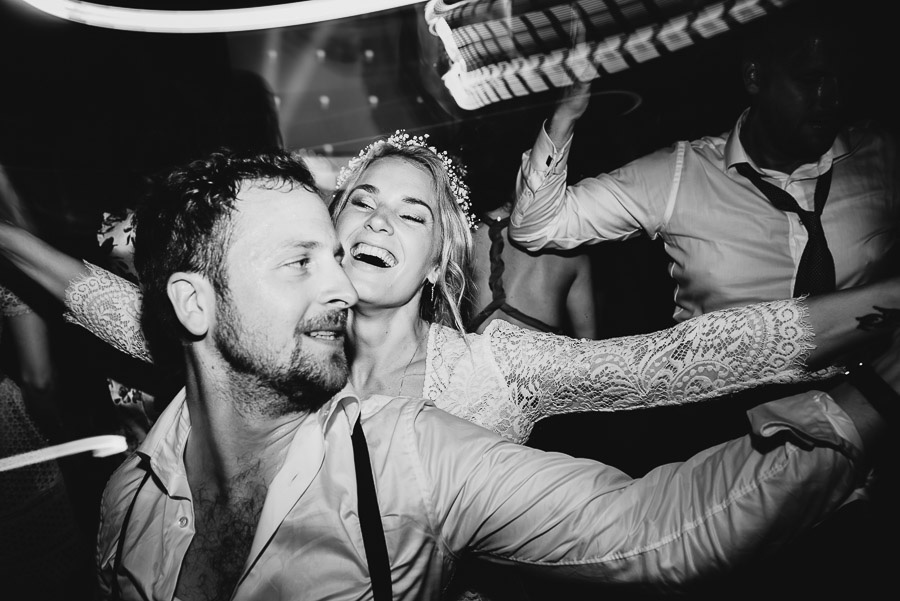 relaxed funny wedding private villa photohraphy crazy dancefloor