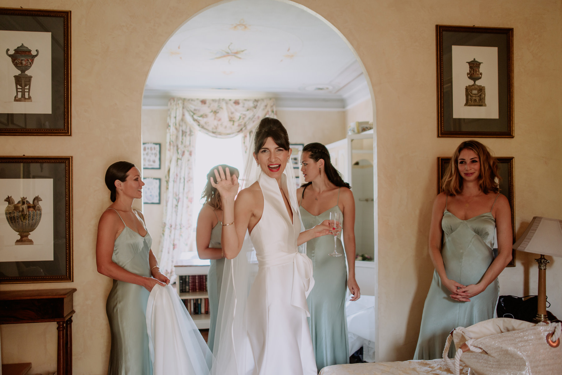 creative wedding photographer tuscany bride getting ready villa