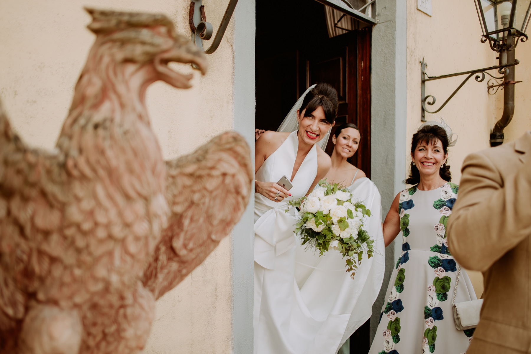 creative wedding photographer tuscany symbolic ceremony starts