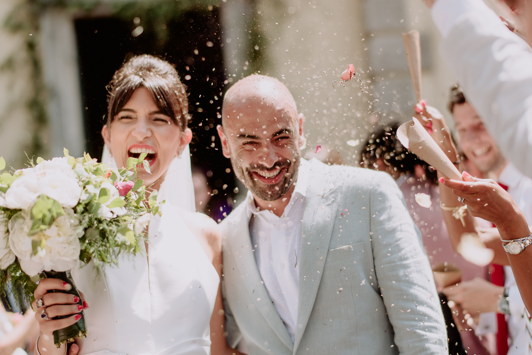 Creative Wedding Photographer in Tuscany villa michaela rice rain confetti throwing