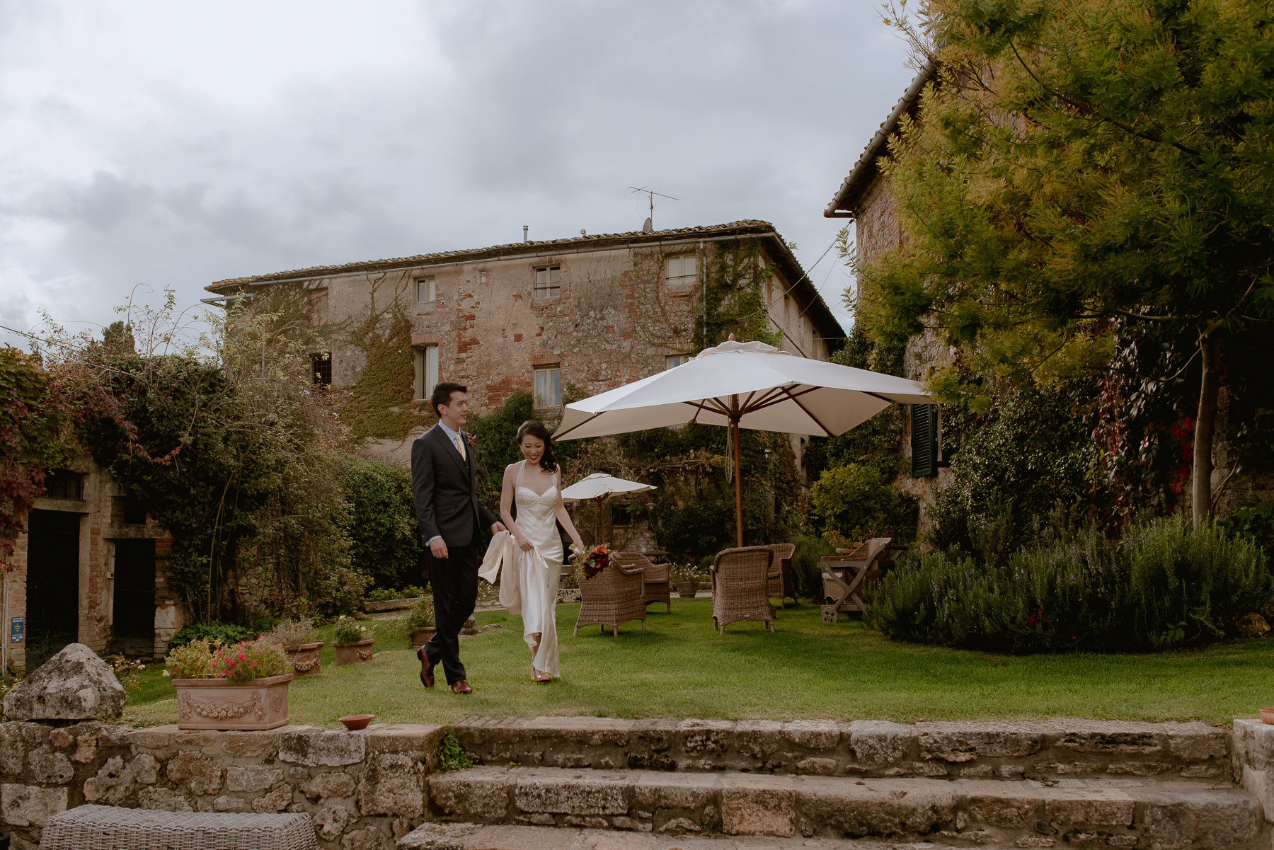 intimate wedding in Tuscany timeless authentic bride groom portr