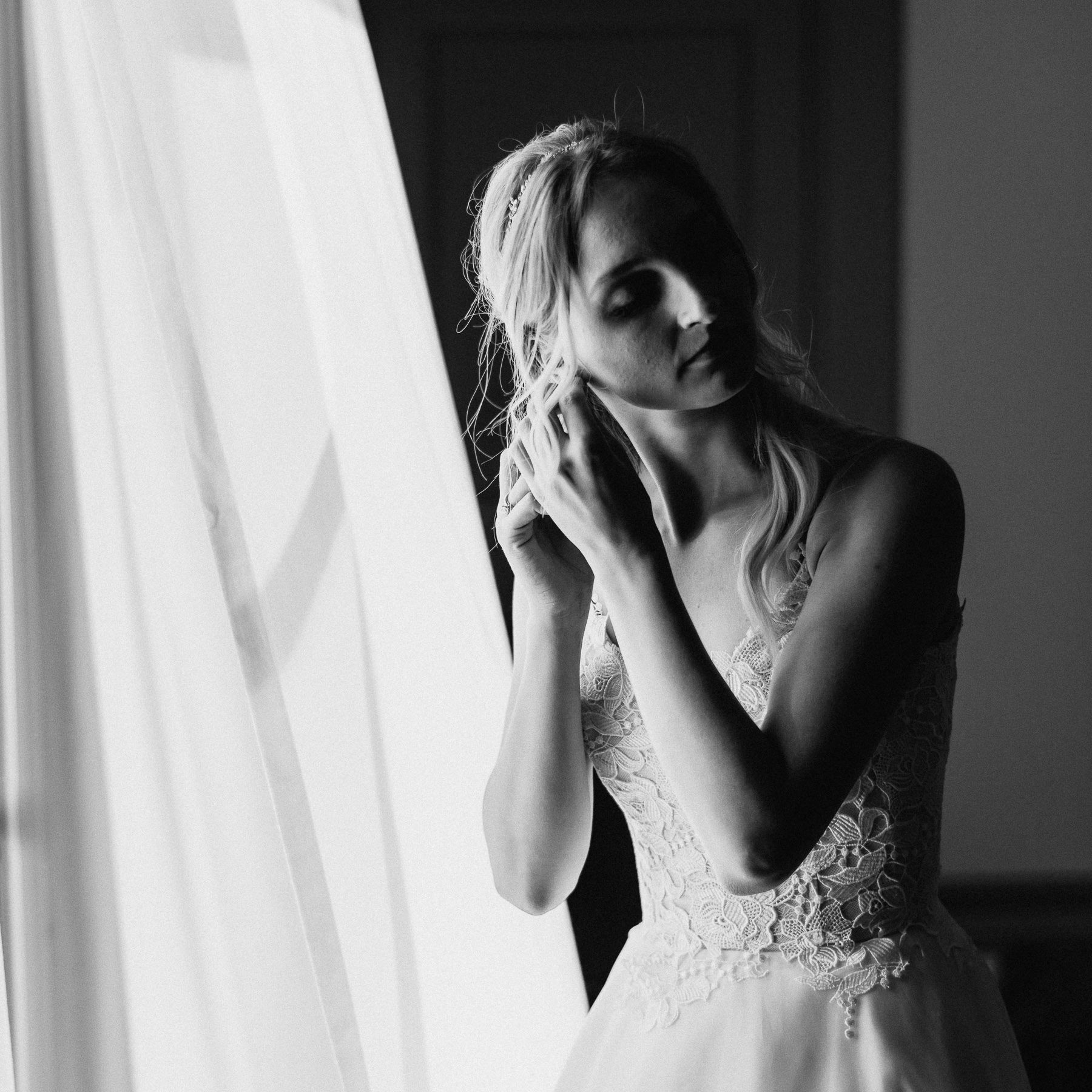Siena wedding photographer borgo scopeto bride getting ready