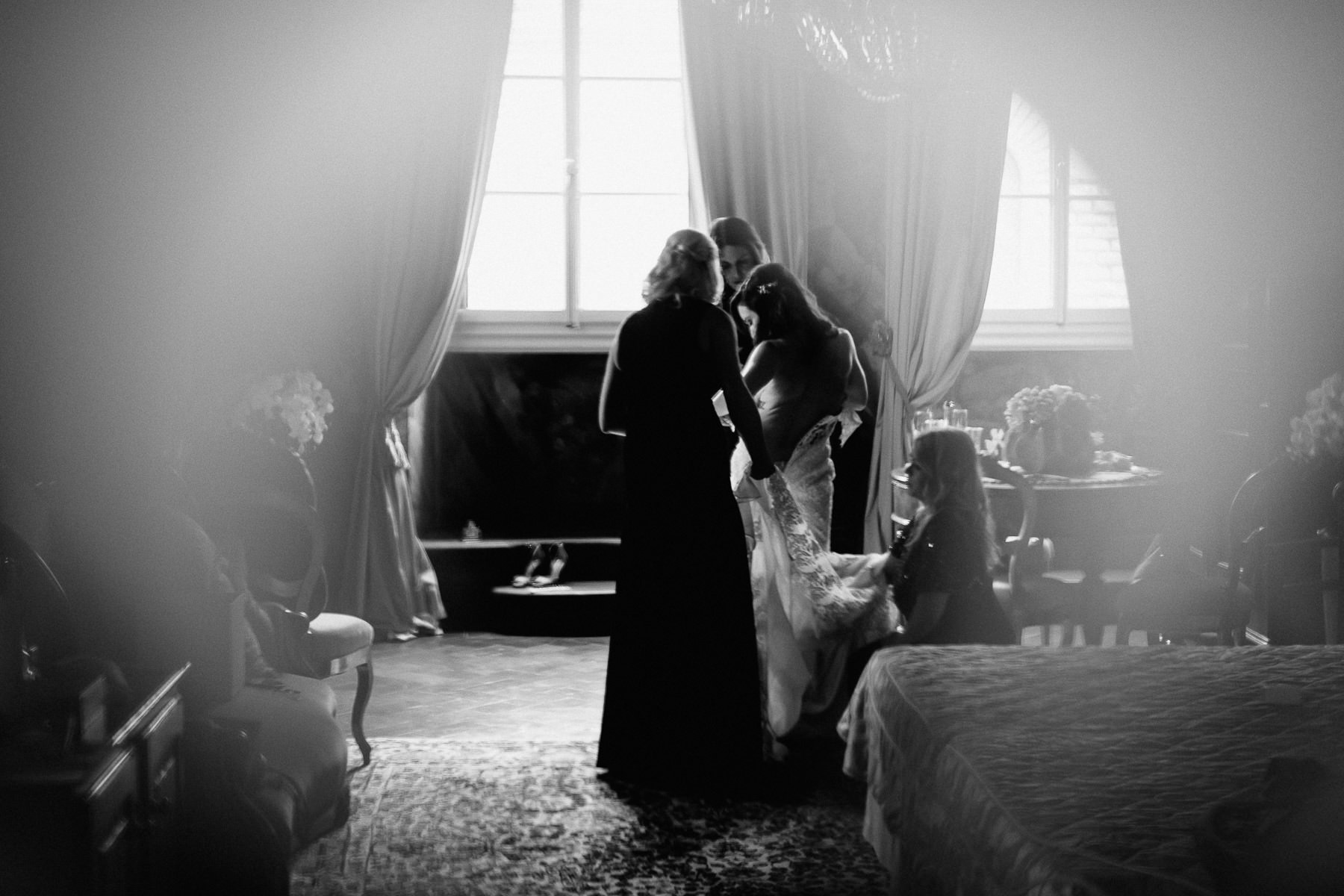 Timeless wedding in Florence Tuscany piazza pitti palace bride b