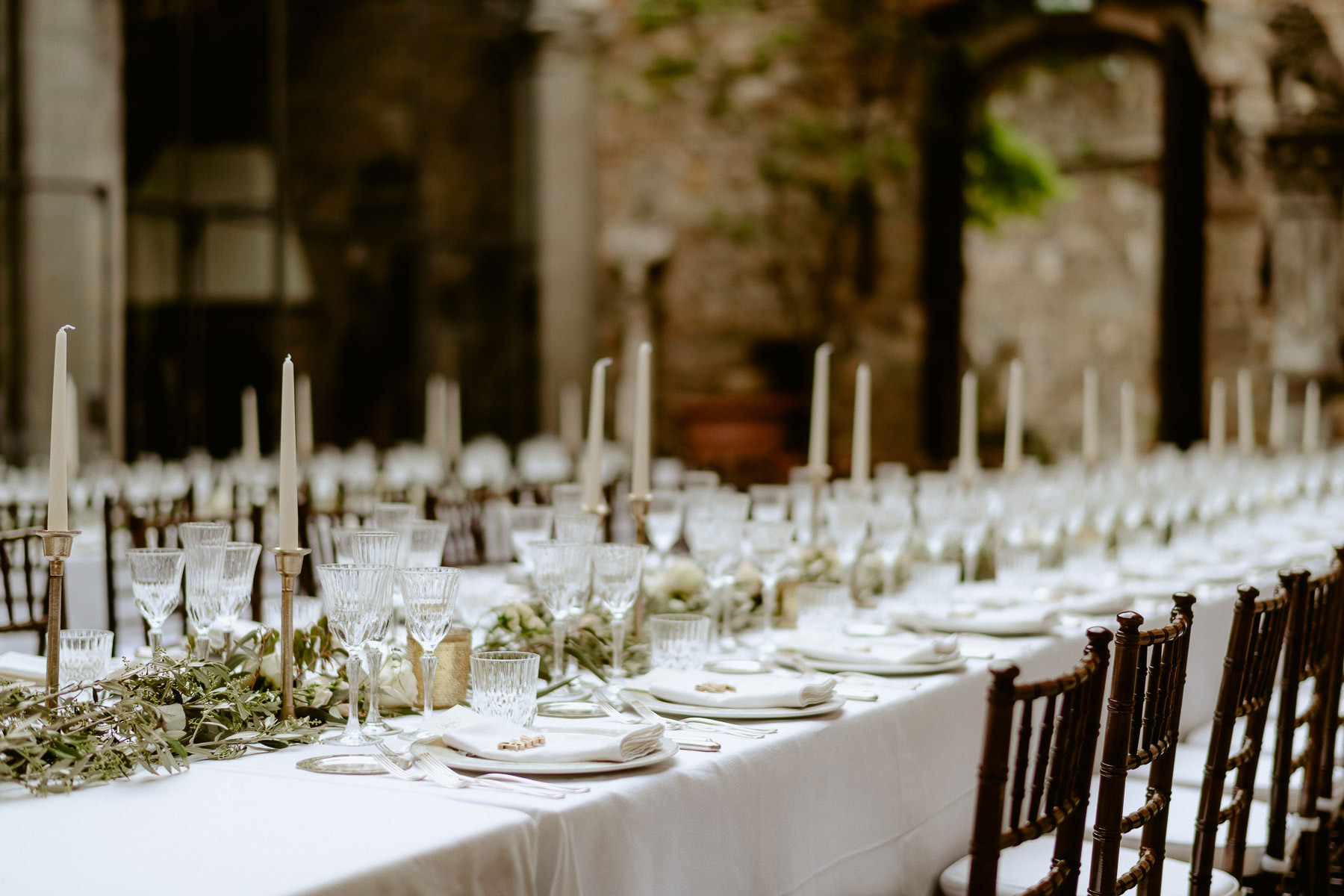 Timeless wedding in Florence Tuscany vincigliata castle table su