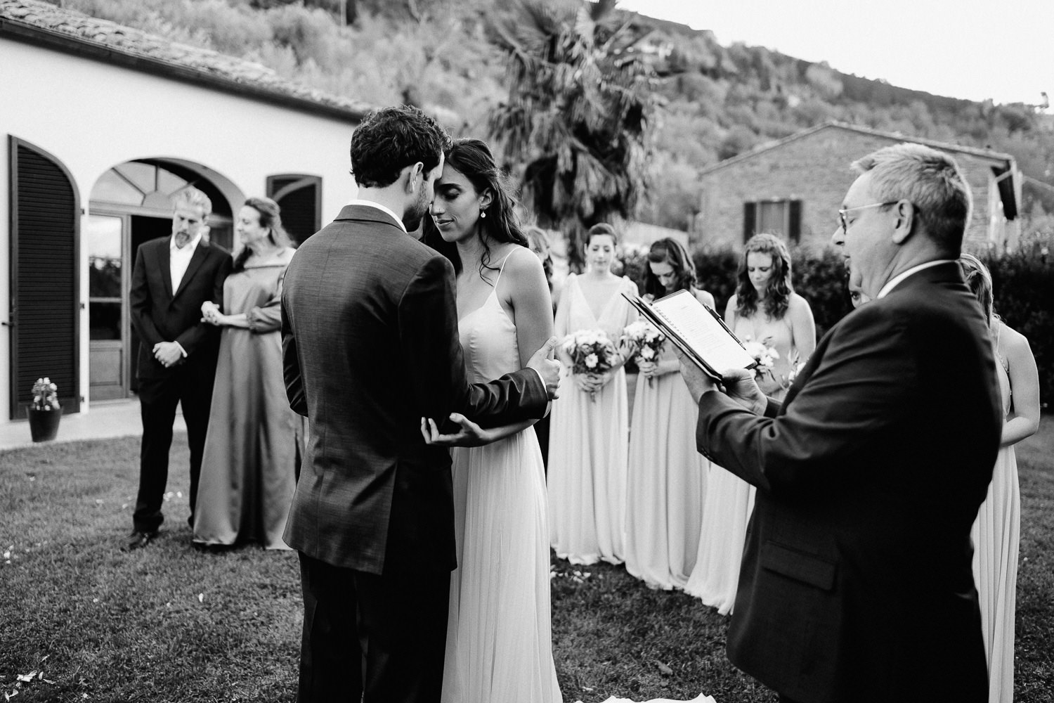 Unbria wedding photographer outdoor moving wedding ceremony