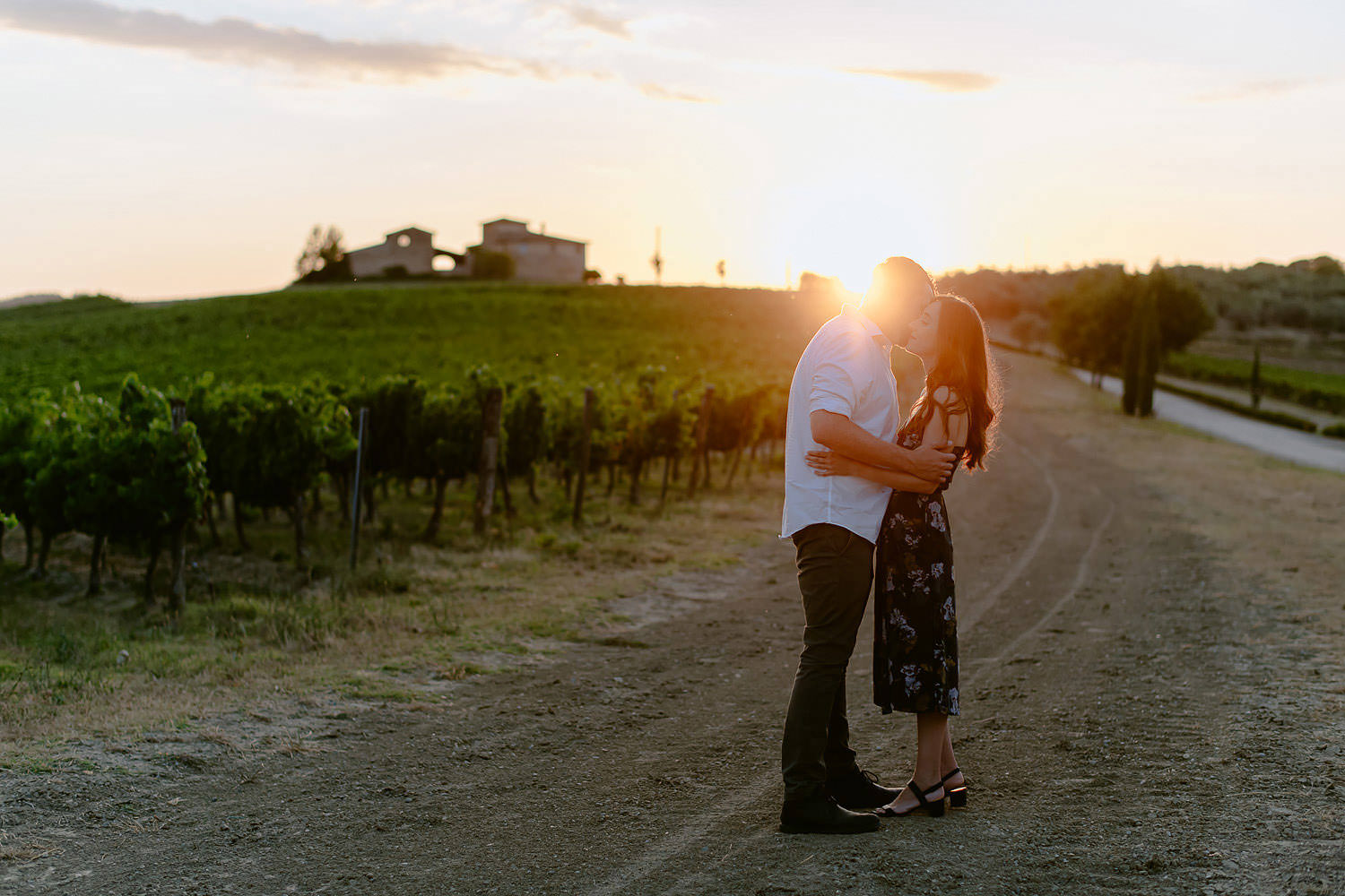 family photographer florence tuscany countryside sunser travel vacation chianti rolling hills vineyards