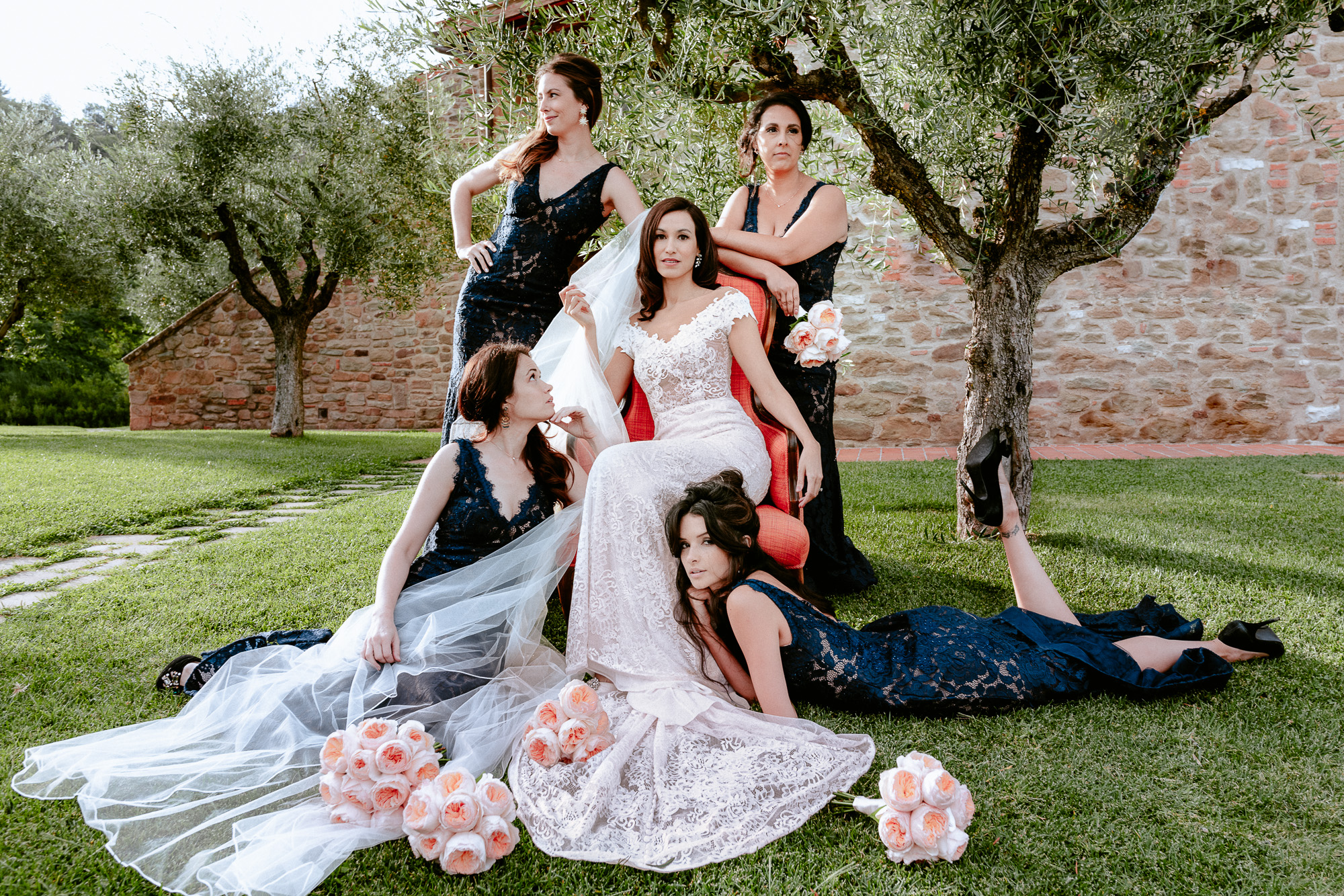 bridal partyy bride with braidesmaids portrait group shot