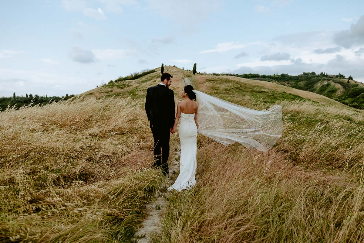 bride and groom in tuscany countryside