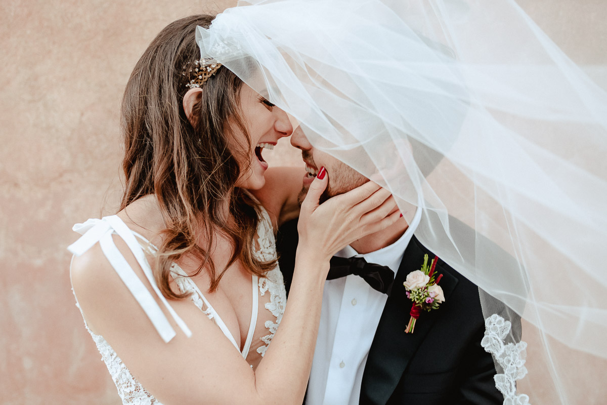 bride and groom outdoor session in tuscany