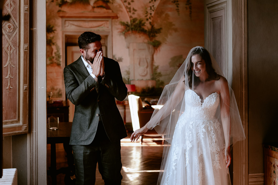 first look at tuscan wedding in villa
