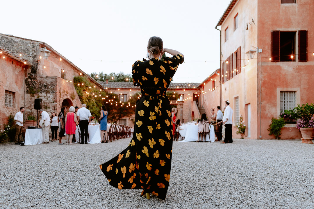 guest beautiful dress at wedding in tuscany